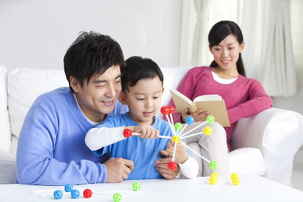 Bố mẹ cùng con áp dụng phương pháp Montessori tại nhà (Nguồn: ytuongviet.org)