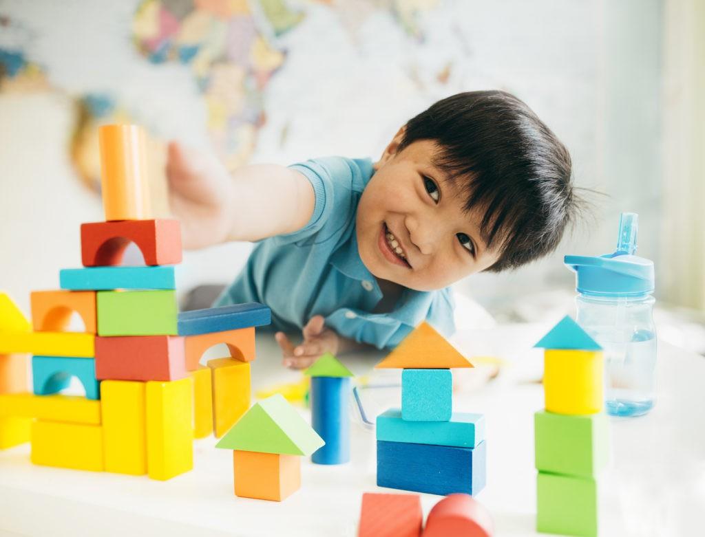 Montessori lấy trẻ làm trung tâm, trẻ được quyền lựa chọn học những gì mình thích