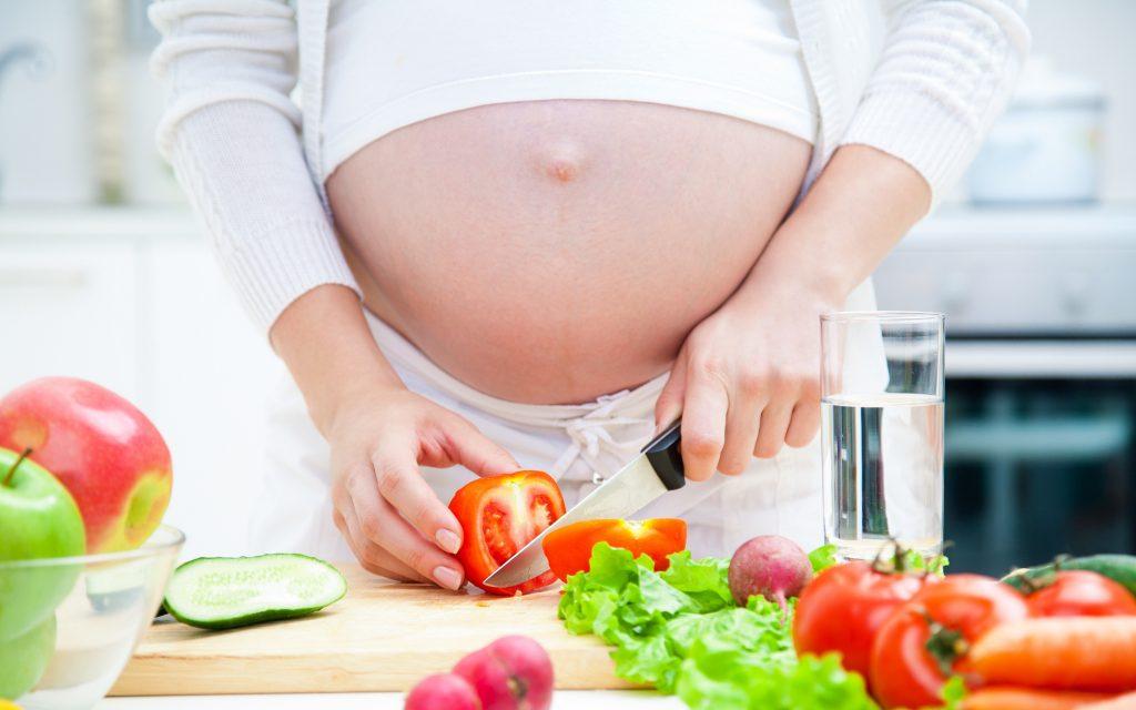 Mẹ bầu nên có chế độ ăn đủ chất, uống nhiều nước và ngủ đủ 7 - 8 tiếng/ngày
