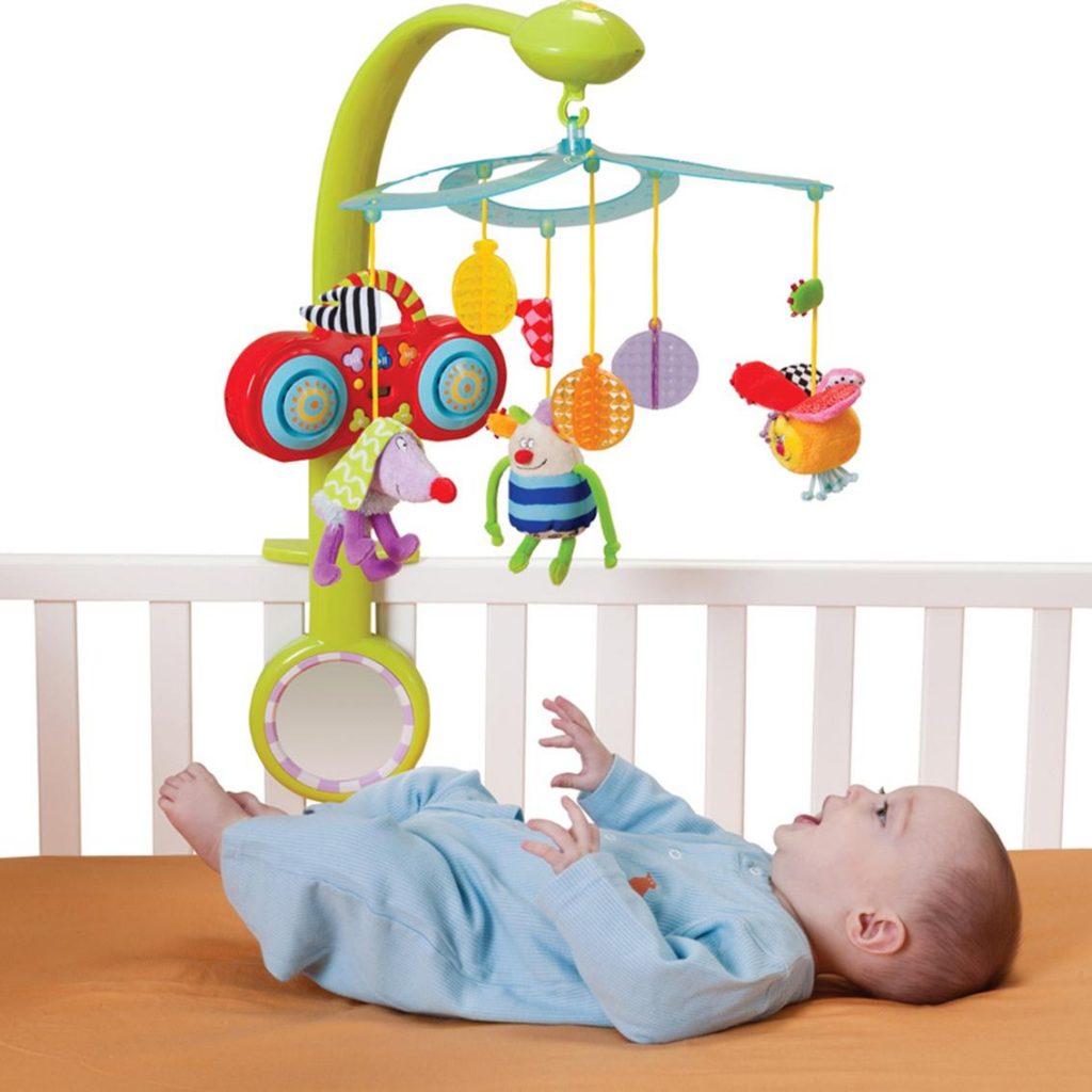 Sử dụng cũi giúp bé tự chơi đùa và mẹ nhàn hơn (Nguồn 24kgoldart.com)