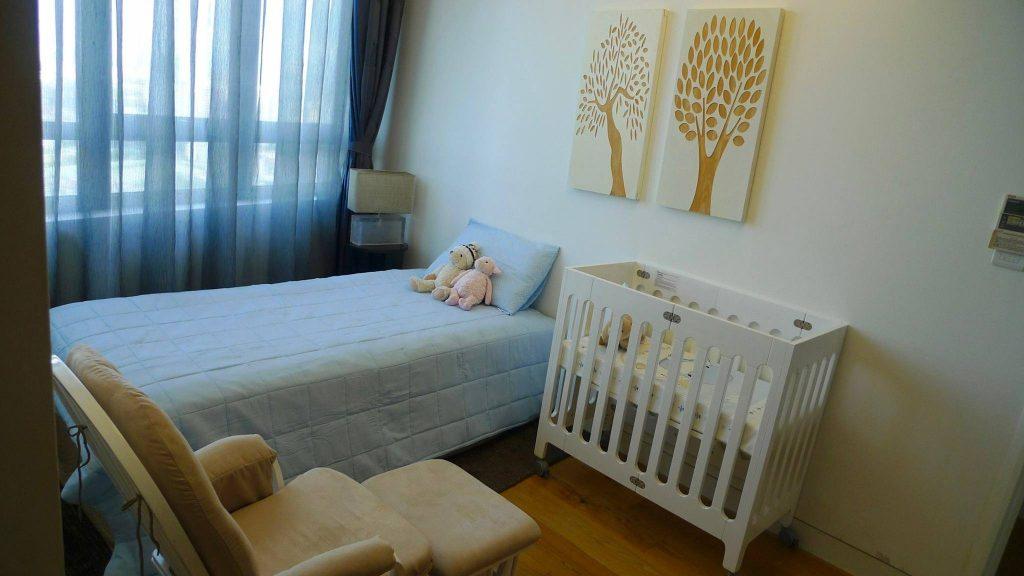 Mua cũi và đặt kề giường sẽ giúp bố mẹ vừa có khoảng không riêng tư khi ngủ lại vừa tiện chăm sóc con hơn (Nguồn www.lamchame.com)